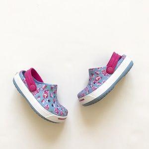 Crocs blue floral print water shoes VGUC size 6/7
